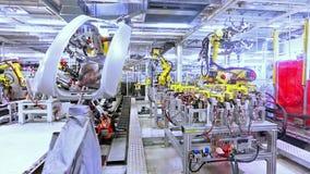 Robots in een autoinstallatie stock footage