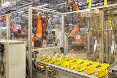 Robots en una fábrica del coche Imagen de archivo libre de regalías