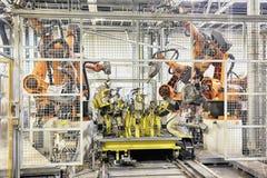 Robots en una fábrica del coche Fotografía de archivo libre de regalías