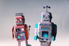 Robots enojados del juguete de la lata del vintage, inteligencia artificial, concepto robótico de la entrega imagen de archivo libre de regalías