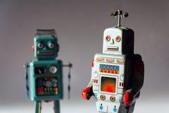 Robots enojados del juguete de la lata del vintage, inteligencia artificial, concepto robótico de la entrega fotografía de archivo libre de regalías