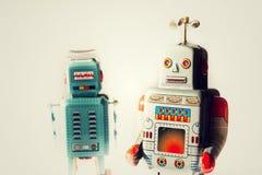 Robots enojados del juguete de la lata del vintage, inteligencia artificial, concepto robótico de la entrega foto de archivo