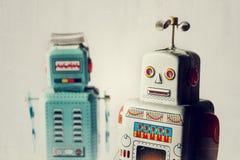 Robots enojados del juguete de la lata del vintage, inteligencia artificial, concepto robótico de la entrega fotografía de archivo