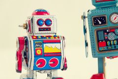 Robots filtrados del juguete de la lata del vintage aislados en el fondo blanco Foto de archivo