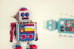 Robots filtrados del juguete de la lata del vintage aislados en el fondo blanco Imagenes de archivo