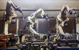Robots que sueldan con autógena al equipo Fotografía de archivo libre de regalías