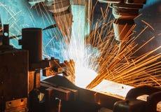 Robots soudant dans une usine de voiture Images stock