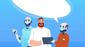 Robots y hombre del Bot de la charla que usa concepto virtual de la inteligencia artificial de la ayuda de la tableta Foto de archivo libre de regalías