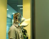 Robotskyltdockan shoppar in fönstret Arkivbilder