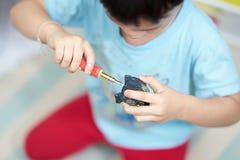 Robotstuk speelgoed moeilijke situatie door jong geitje stock afbeeldingen