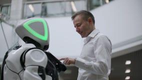 Robotteknik tenderar teknologi, smart återförsäljnings- affärsidé Autonom robot för personlig assistent för navigeringkund lager videofilmer