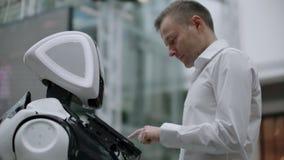 Robotteknik tenderar teknologi, smart återförsäljnings- affärsidé Autonom robot för personlig assistent för navigeringkund stock video