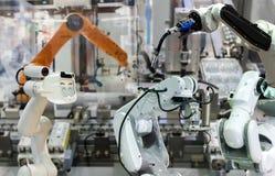 Robotutbyte industriella 4 0 av den framtida armen och mannen för sakerteknologirobot som använder kontrollanten för elektronisk  arkivbild