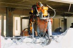 Robotutrustning förstör väggarna av huset arkivbilder
