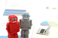 Roboty, sztuczna inteligencja lub laptop na wykresach i mapach Pojęcie sztuczna inteligencja obrazy royalty free