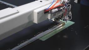 Robotyka pracy w krawiectwo linii produkcyjnej Komputerowe kontrole szwalna maszyna igielny broderia wzór dalej zbiory