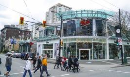 Robson gata i Vancouver - huvudsaklig shoppa mil i staden - VANCOUVER - KANADA - APRIL 12, 2017 Arkivbild