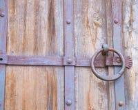 Robust dörr som bevakar slottkällarna Royaltyfri Fotografi