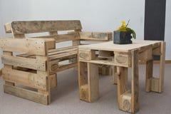 Robuste Bank und Holztisch von den Paletten stockbilder