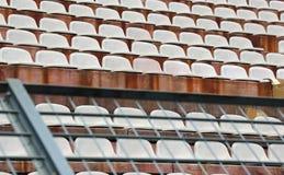 Robuust metaalnetwerk in het stadion om de ventilators op de trede te verdelen stock fotografie