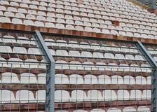 Robuust metaalnetwerk in het stadion om de ventilators op de trede te verdelen stock afbeelding