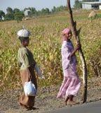 ROBY ETIOPIEN - NOVEMBER 23, 2008: Etiopierwome för två främlingar Royaltyfria Bilder