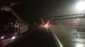 Rocíe la descongelación de un avión antes de salida en la tarde del invierno en París almacen de metraje de vídeo