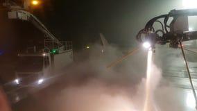 Rocíe la descongelación de un avión antes de salida en la tarde del invierno en París almacen de video