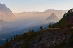 Rocío iluminado, montañas francesas de la mañana fotografía de archivo