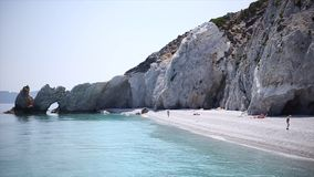Roca épica de la playa de Lalaria con la playa limpia y la agua de mar limpia asombrosa almacen de metraje de vídeo