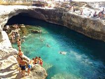 ROCA, ИТАЛИЯ - июль 2017, пляж Poesia della Grotta около Otranto, Италии Стоковые Фото