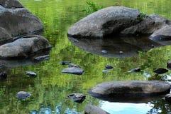 Roca, agua, reflexión fotos de archivo