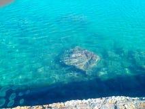 Roca bajo el agua Fotos de archivo