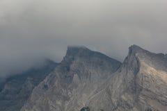 Roca bajo el cielo nublado Fotos de archivo