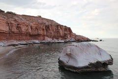 Roca blanca y rocas rojas en Puerto Los Gatos Imagen de archivo