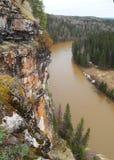 Roca cerca del río de la montaña Fotografía de archivo