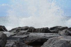 Roca, cielo, nubes, montañas Imagen de archivo libre de regalías