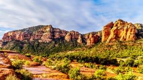 Roca colorida de la catedral y otras montañas rojas de la roca entre el pueblo de Oak Creek y Sedona imagen de archivo libre de regalías