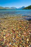 Roca colorida en el lago del Parque Nacional Glacier Foto de archivo