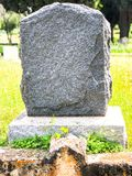 Roca como piedra sepulcral en arboleda del roble imagen de archivo libre de regalías
