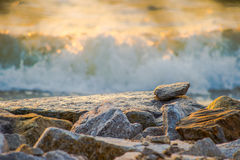 Roca con el mar Fotos de archivo