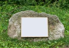 Roca con la muestra en blanco para el espacio de la copia Fotos de archivo libres de regalías
