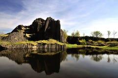 roca con una laguna Imagen de archivo libre de regalías