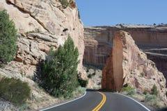 Roca cortada para el camino en el monumento nacional de Colorado foto de archivo