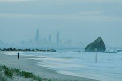 Roca de Currumbin con la ciudad de Gold Coast como fondo Imagen de archivo