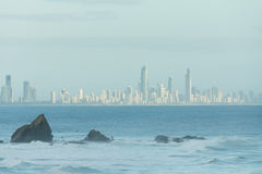 Roca de Currumbin con la ciudad de Gold Coast como fondo Foto de archivo libre de regalías