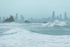 Roca de Currumbin con la ciudad de Gold Coast como fondo Imagenes de archivo