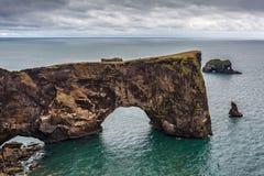 Roca de Dyrholaey en la playa de Vik Imagen de archivo
