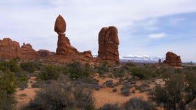 Roca de equilibrio en el parque nacional de los arcos en Utah metrajes