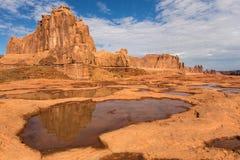Roca de fondo y montañas anaranjadas Imagenes de archivo